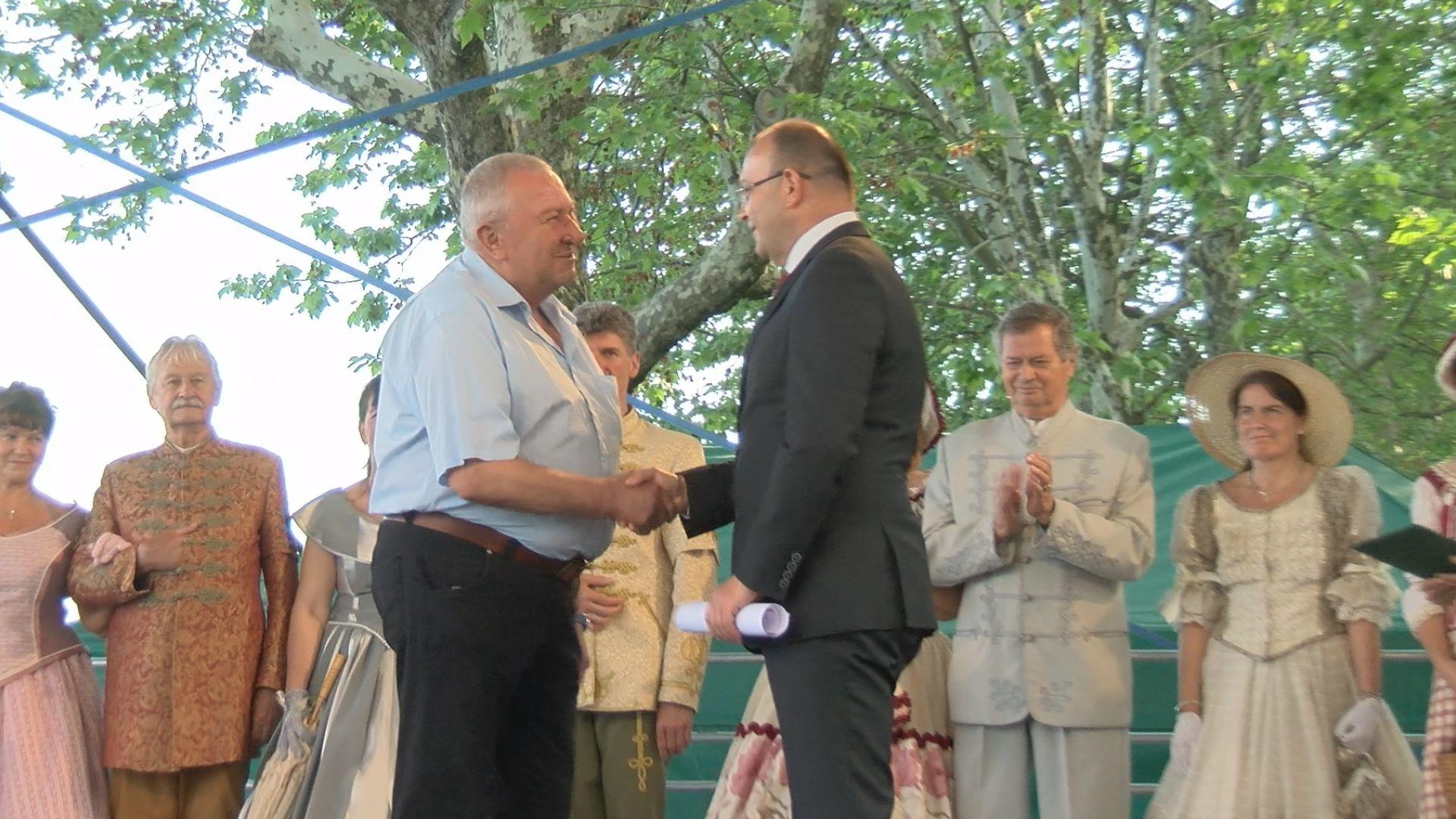 Böőr László borász átvehette a város díszoklevelét