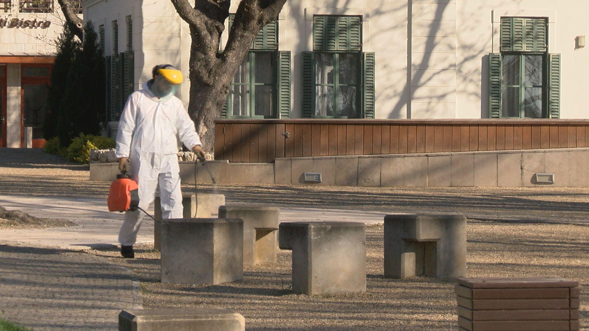 Speciális vírusölő szerrel fertőtlenítik Balatonfüred közterületeit