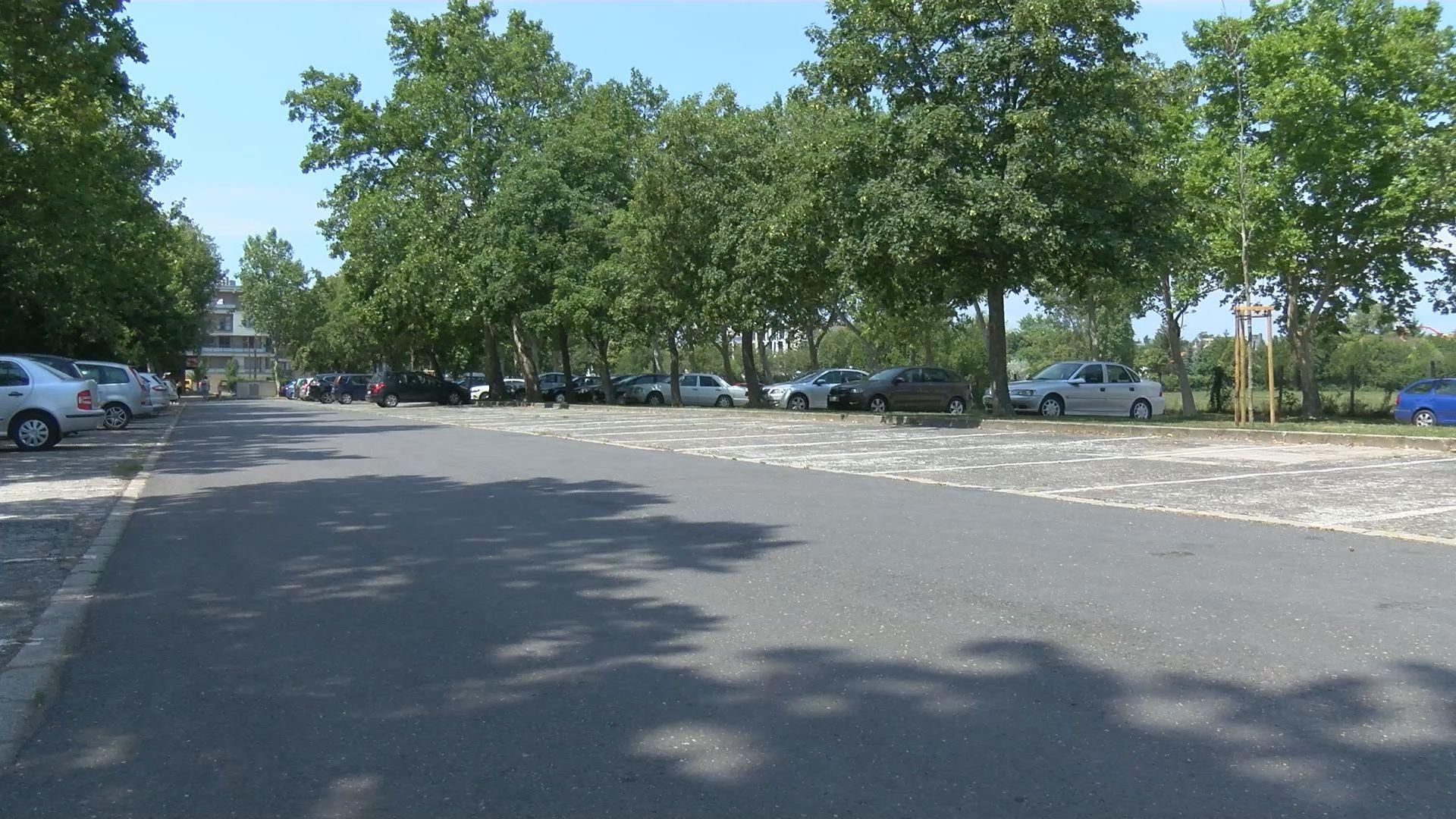 Nagy változások a parkolásban, a Kisfaludy strandnál is fizetniük kell az autósoknak