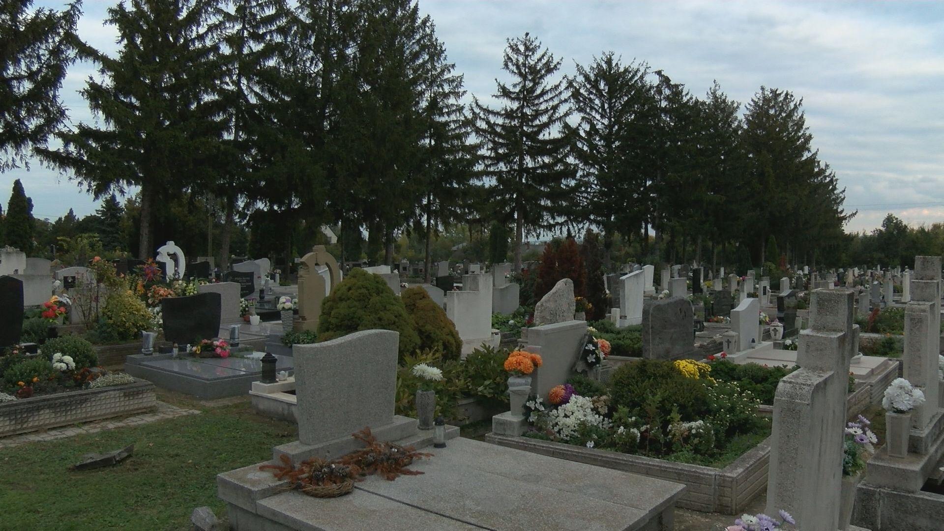 Civil ruhás rendőrök is járőröznek a temetőkben