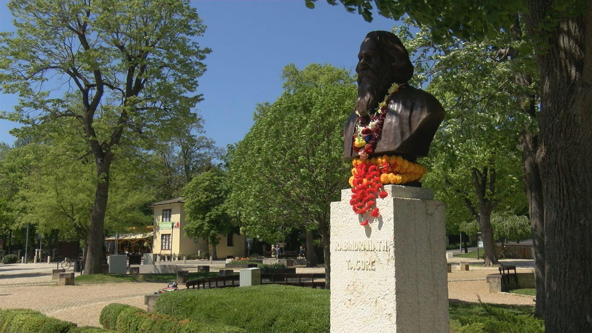 160 éve született Tagore, megemlékezés a szobránál