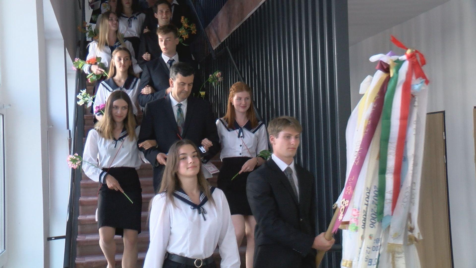 Elballagtak a Lóczy gimnázium végzősei